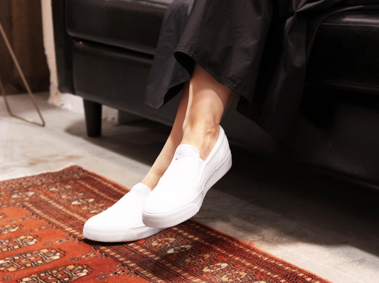 ナイキ「TOKI SLIP CANVAS WHITE(ナイキ トキ スリッポン キャンバス ホワイト)」で白スニーカーコーデ