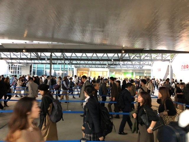 渋谷スクランブル建物に入るのに60分!?と言ってます。 ひたすらグネグネ行進中
