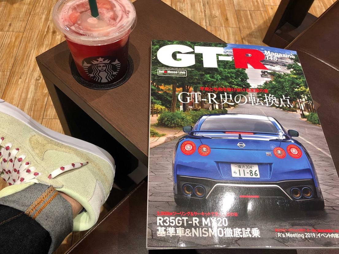 近場のスタバ&ツタヤの併設店で寛ぎ中☕️  飲みながら雑誌が読めるので男の浪