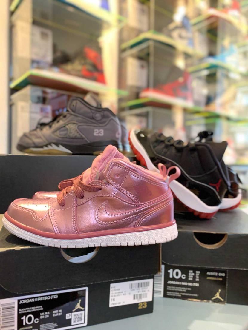 娘用にピンクのAJ1を買ってあげました❗️ ちっこい靴って可愛いすね😃