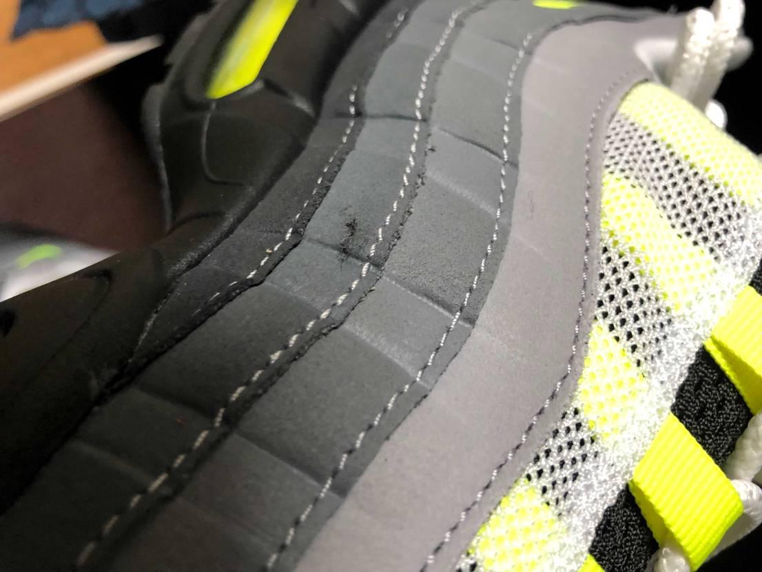 新品で買ったけどこんな傷あるのって普通なんですかね。 ま、どーせ履き潰すけどね