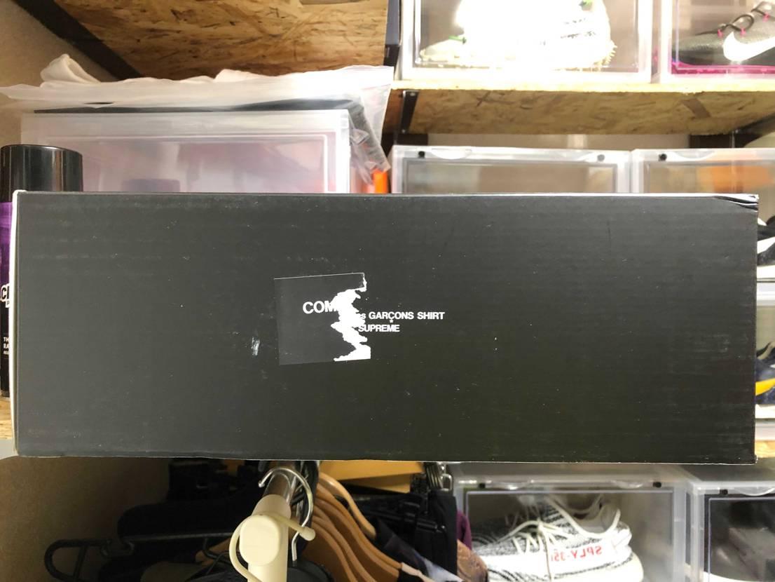 箱の片側の側面シールが破れてました。 しかも、supremeの文字(笑) d