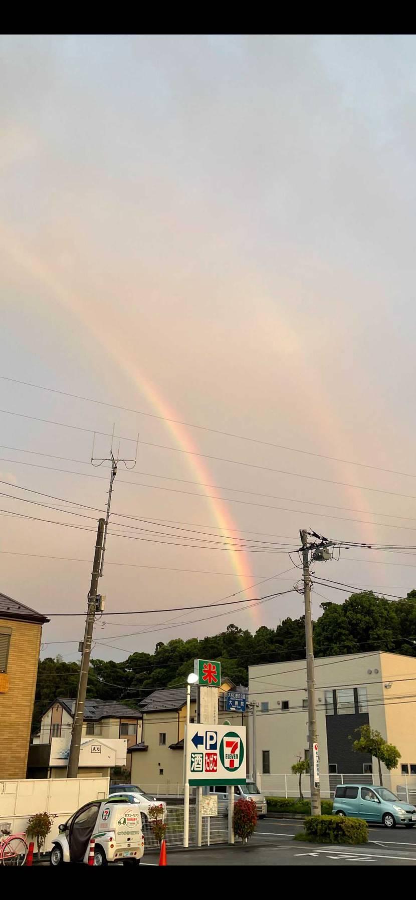 コロナ禍で、人々が下を俯きながら歩く昨今。 久しぶりに虹を見ました。 しかも