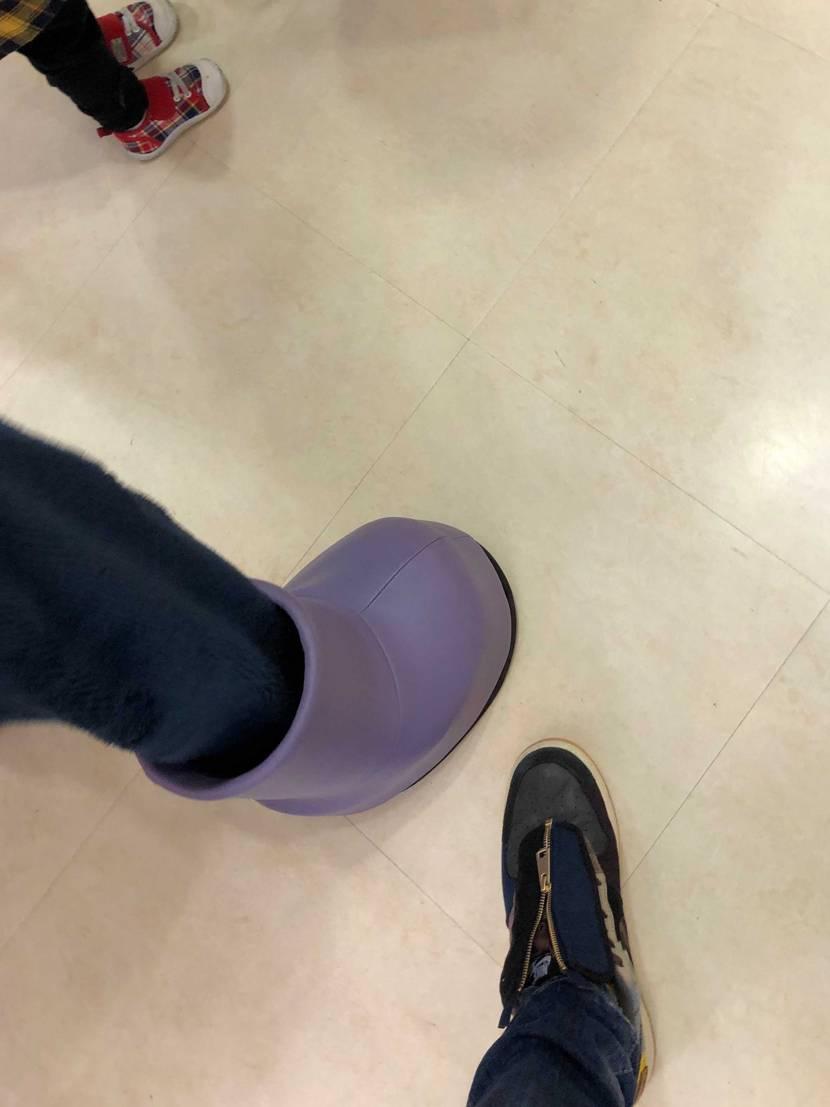 紫色のナイスなスニーカーです🥰  誰のかわかりますよね^