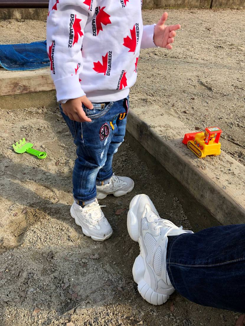 今日は雨が上がったので、 息子と公園に行きました。 砂場遊びが大好きな年頃で