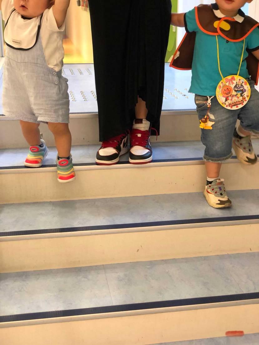 家族で神戸にお出かけ😁  うちのチビ2号はスニーカーが好きです🧐