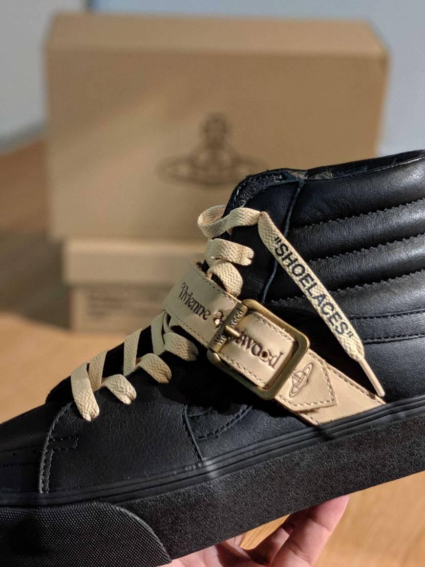 一通り開けて眺めたあとにスケートハイの靴紐を通そうとして  待てよ…この色アイツ