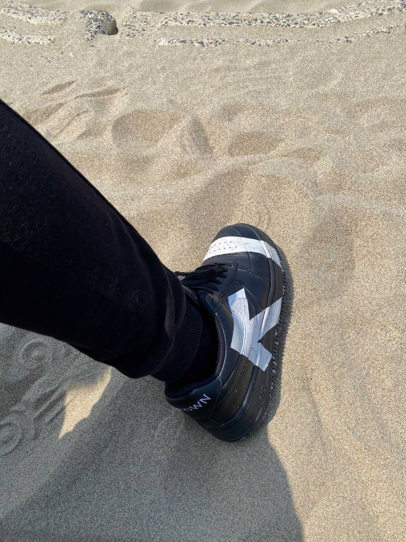 お気に入りのエアフォースで海散歩。 だーれもいません笑