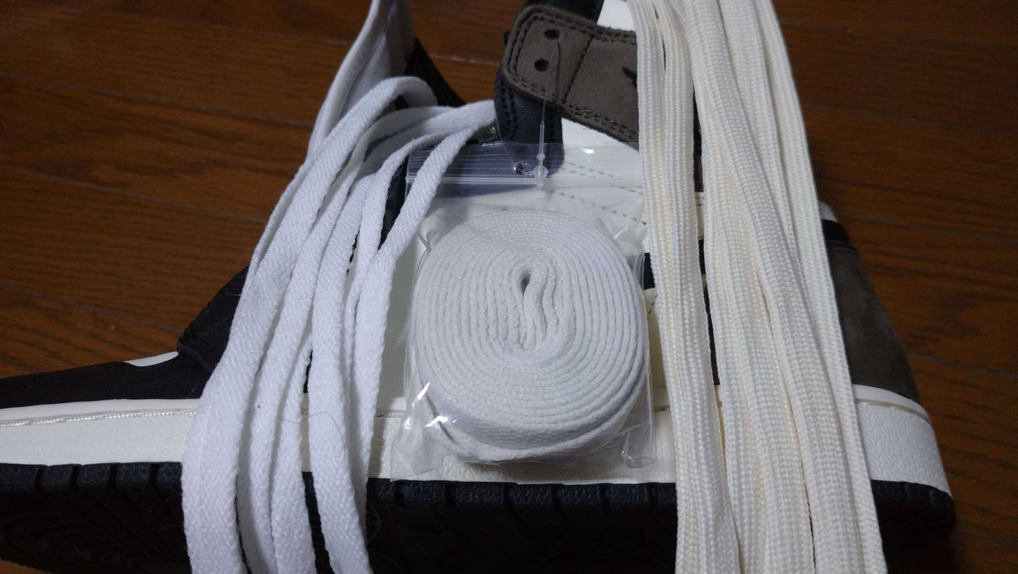 黒紐を外して付属ではないホワイトとベージュを通してみて、涼しい季節には暖色系が良