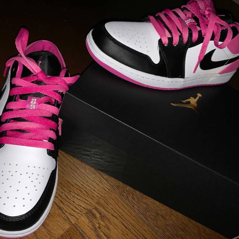 右の靴紐は写真を撮った後に黒に変えました! 色がめちゃいいのと、マットな感じで
