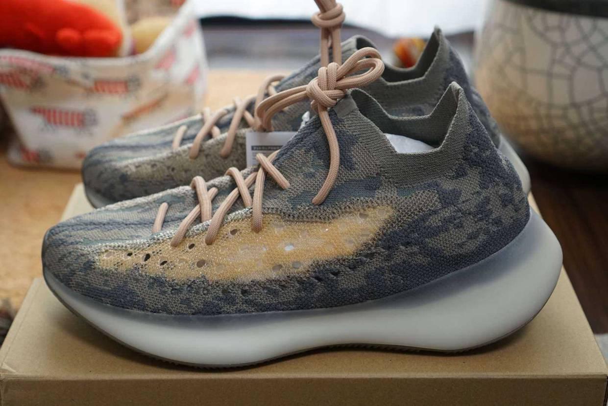 写真で見るより、色合いも素材感もいい感じです。 #adidas #yeezybo