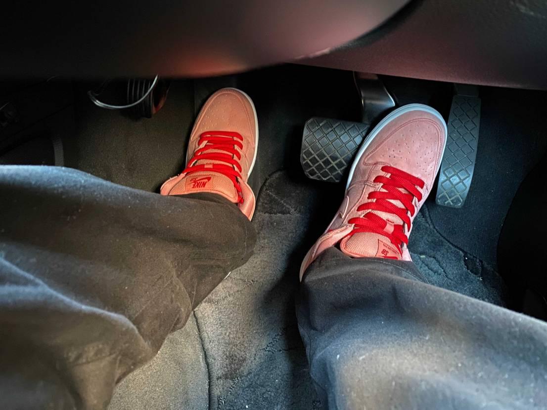ピンク🐷履いてコストコで給油👍 コストコのハイオク安いとは言え、この靴とほぼ同