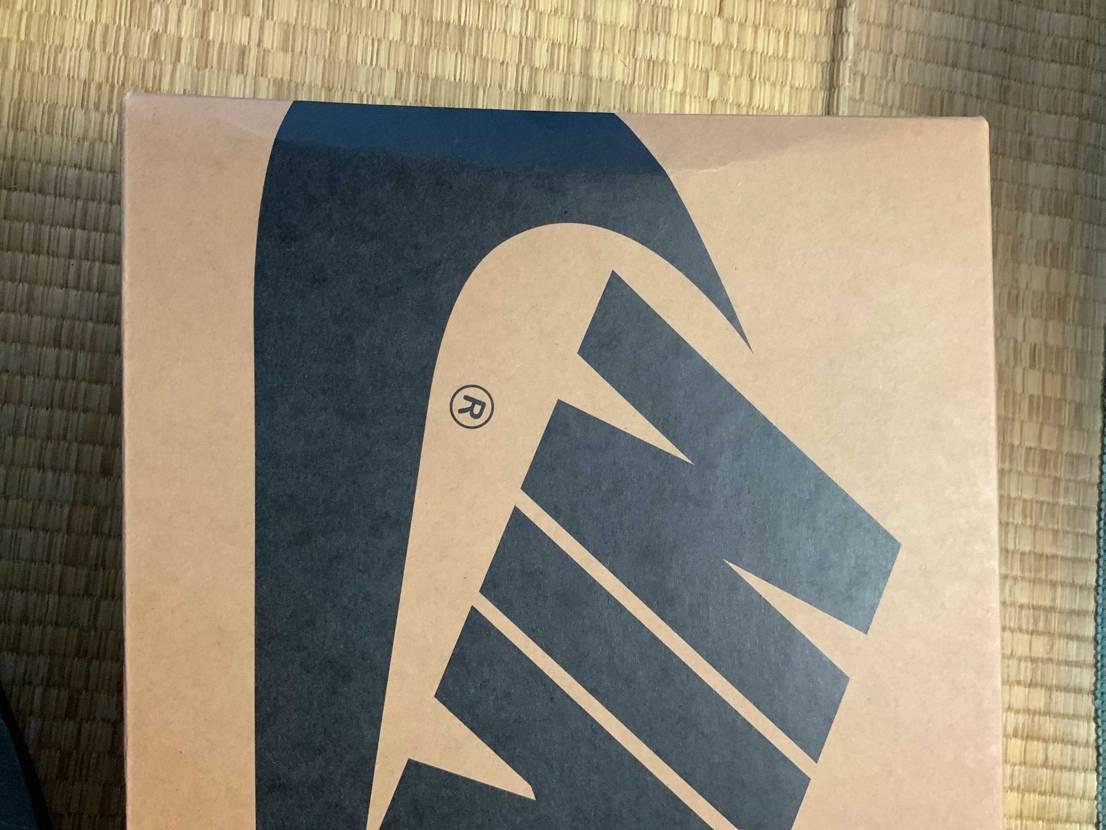 NIKEから今日届いたけど箱が..😥 何か×マークのようなものと箱の裏に番号が