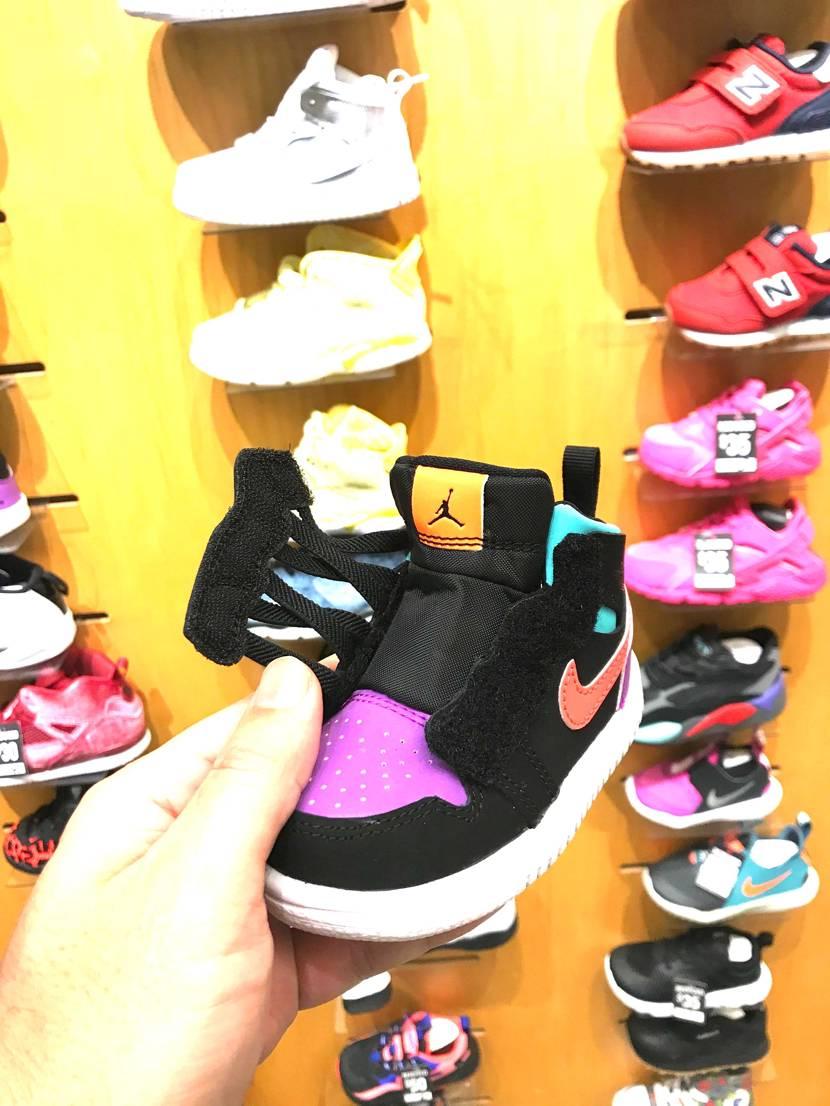 これなら靴紐結べないウチの娘でも履ける! しかし、カラーが