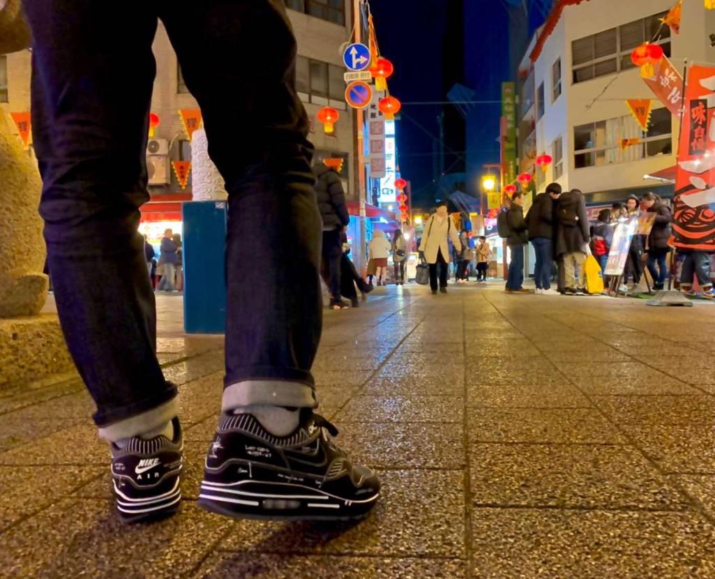 スニーカーを蹴られたり踏まれたりしないように中華街を気にしながら歩くセコイ男です