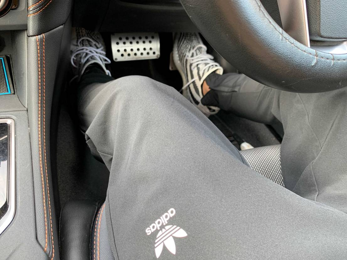 線なしのトラックパンツと。暑いのでイージー履きがちです。