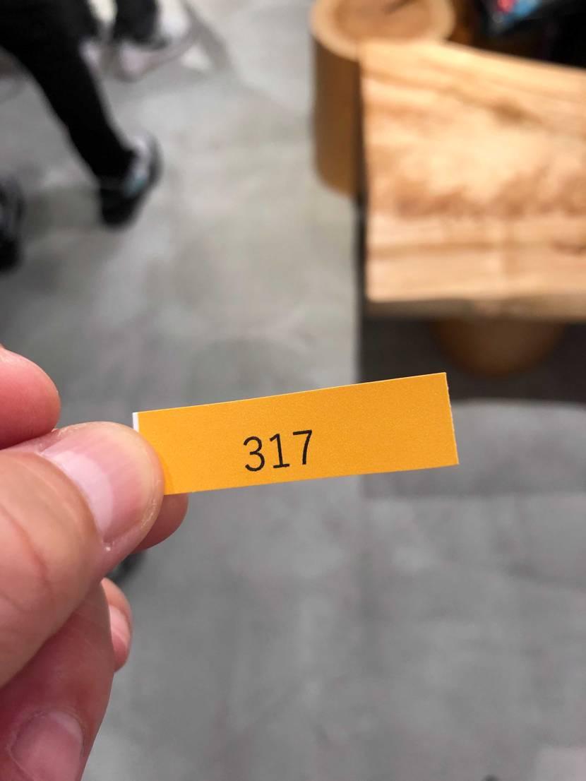 ABCマート銀座の並びヤバすぎです。 54足の発売で300超えの抽選… 当た