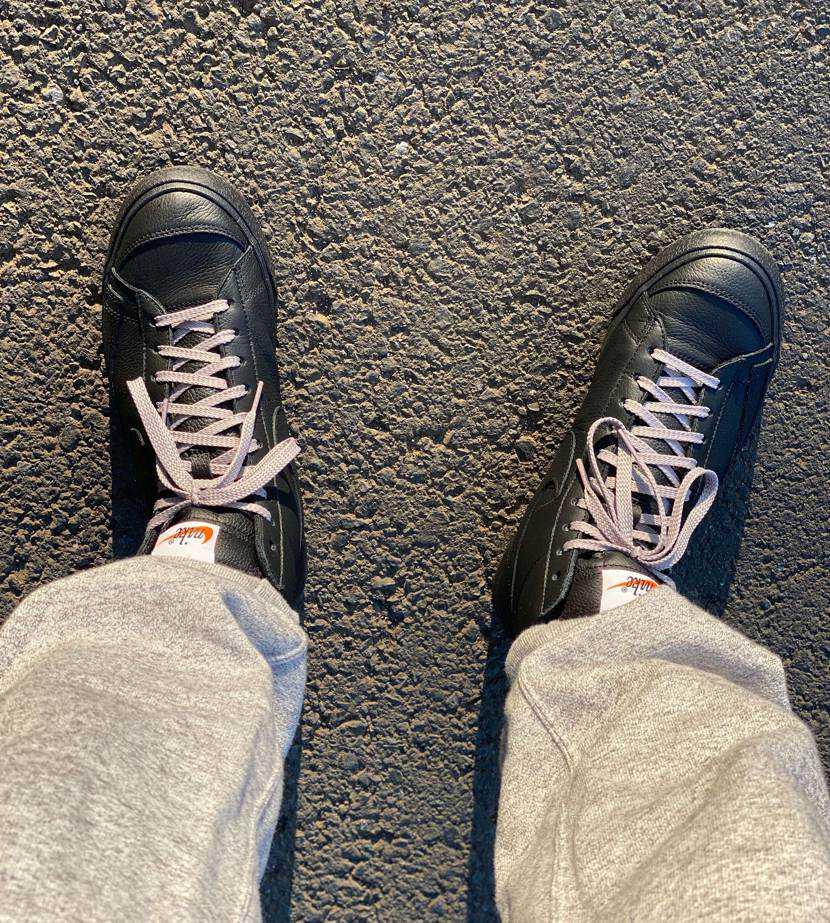犬の散歩に履いてみた。 柔くて履きやすい革です。 見た目よりも中は狭く無いで