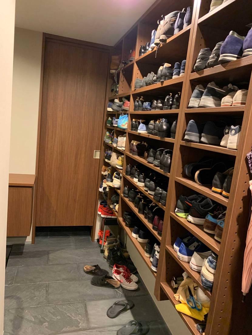 靴棚です ジャンル問わず即戦力棚(普段履く靴棚)で大体60足くらいあります