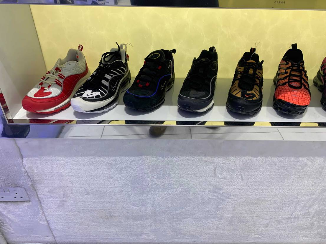 シンガポールのショッピングセンター内のスニーカーショップです 一応アカウントは