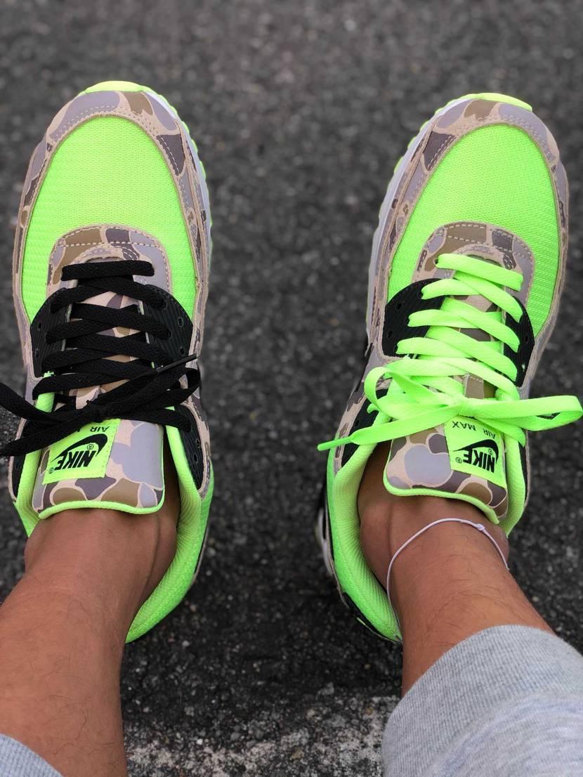 シューレースは緑と黒です😋 写真より蛍光が凄くてめちゃくちゃかっこいいです!