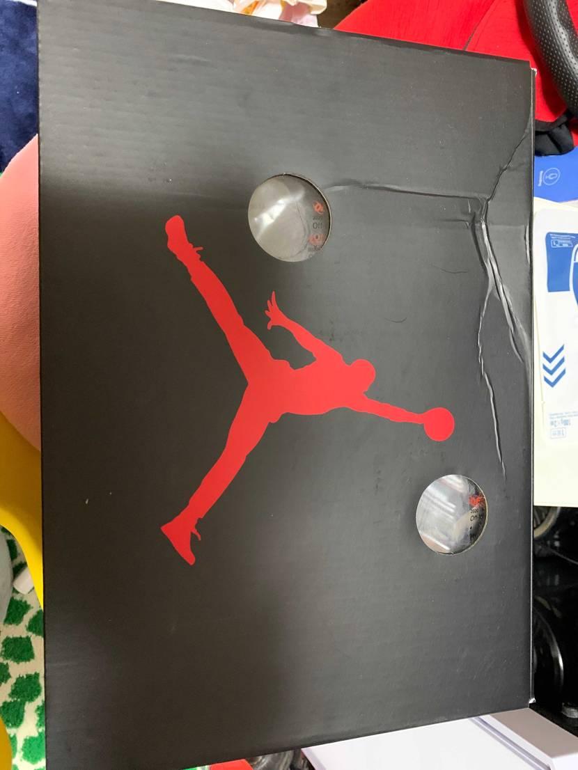 初めてSNKRSで靴買ったのですが、自分の箱ボコボコなんですけどこんなもんなんで
