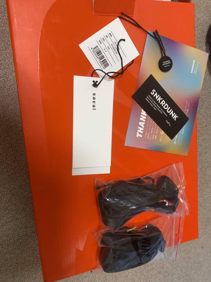 スニーカーダンクで今日、サカイのワッフルの黒を購入して届いたんですが、サカイのタ