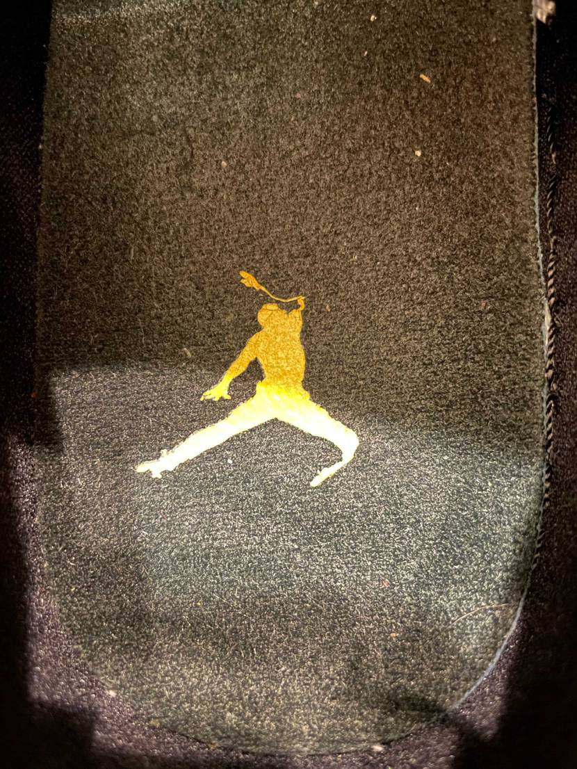 4回履きインソールのロゴが剥がれかけてジャンプマンがブルースリーみたいになってて