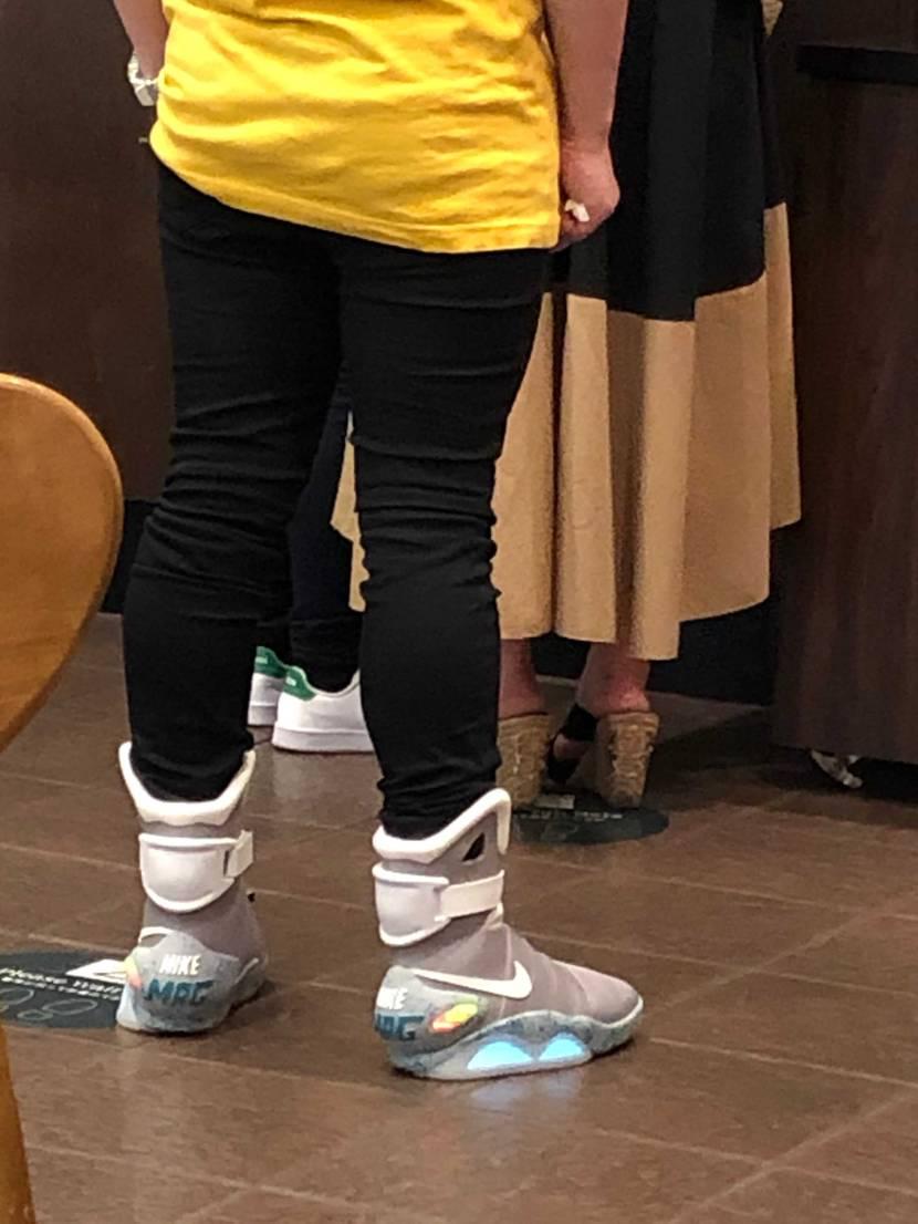 本物なのかどうか不明ですが、初めて履いている人を見かけてビックリして思わず盗撮し