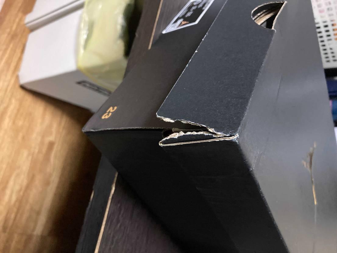 klektでこのスニーカー購入して楽しみに待っていたのに、箱のダメージ最悪でした