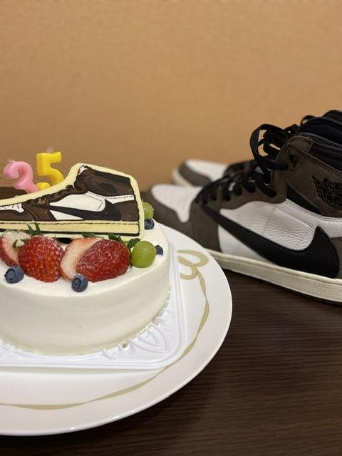 誕生日にトラヴィスケーキをくれた🎂 嫁さんがスニーカー収集を公認してくれたって
