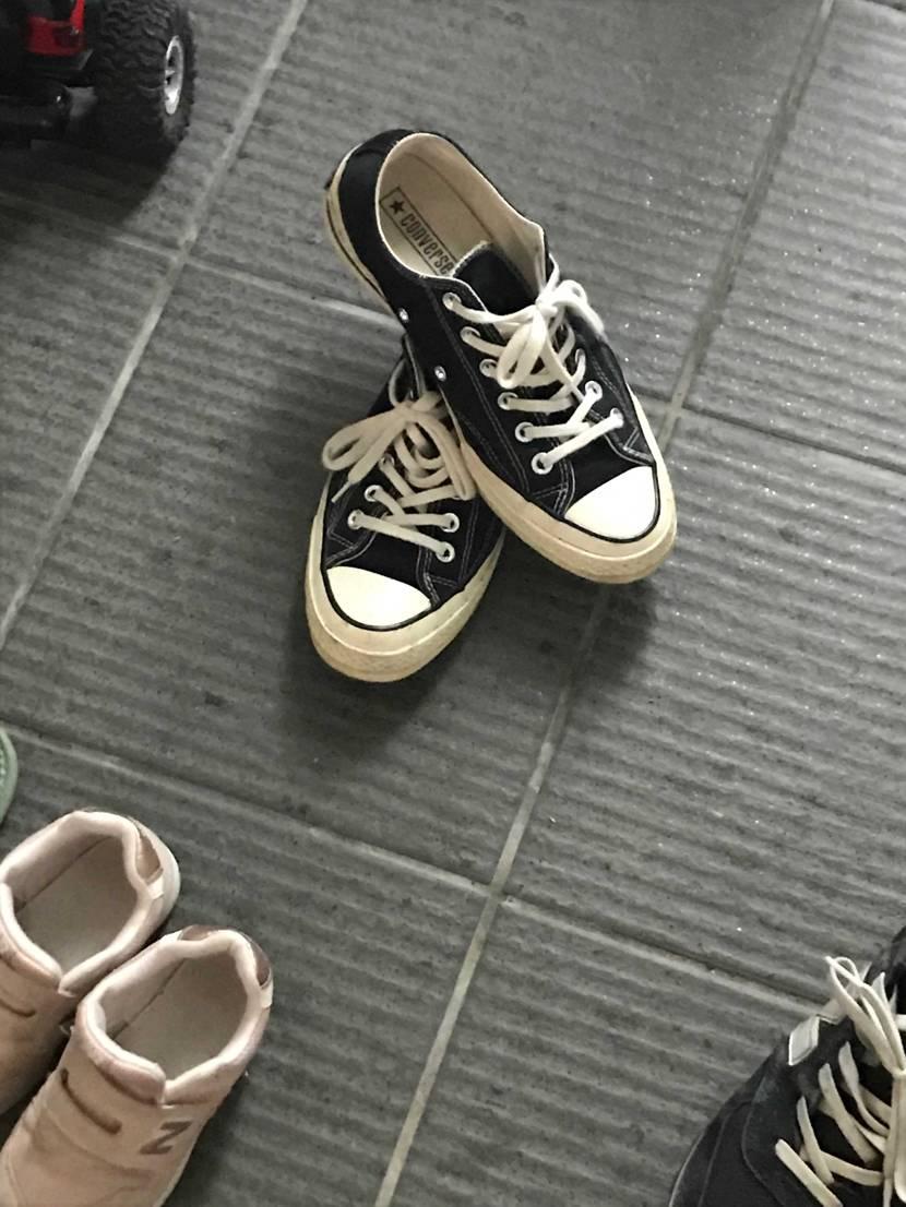 嫁が仕事終わって脱いだ後の靴の形…  ショップの展示かとツッコミ入れたくなる