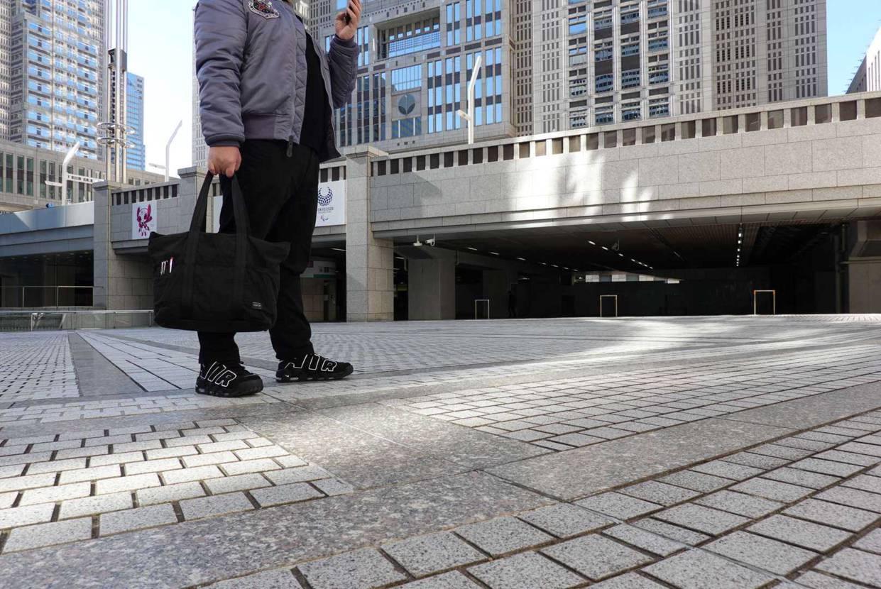 エアモアアップテンポを履いて 都庁に登庁する男  この靴履きやすいわぁ!  因み