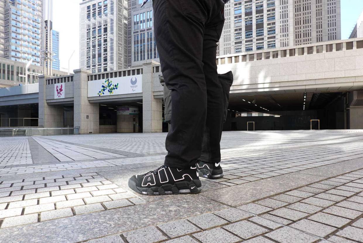 エアモアアップテンポを履いて 都庁に登庁する男  この靴履き