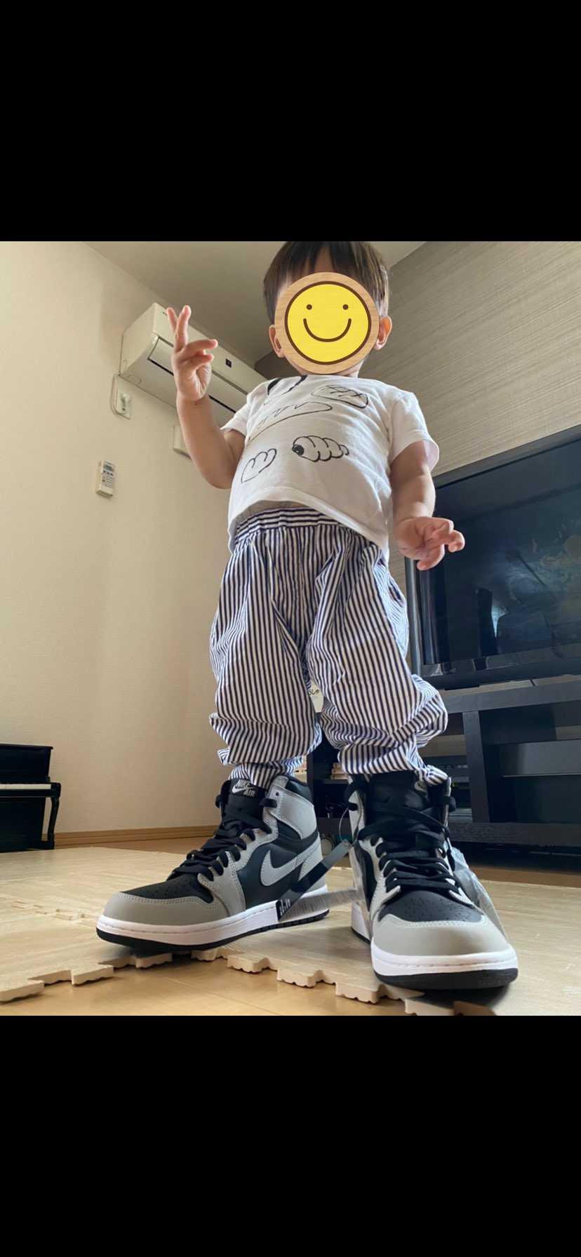 父よりも先に履かせろという2歳児。大きくなったら父ちゃんと一緒にスニーカーについ
