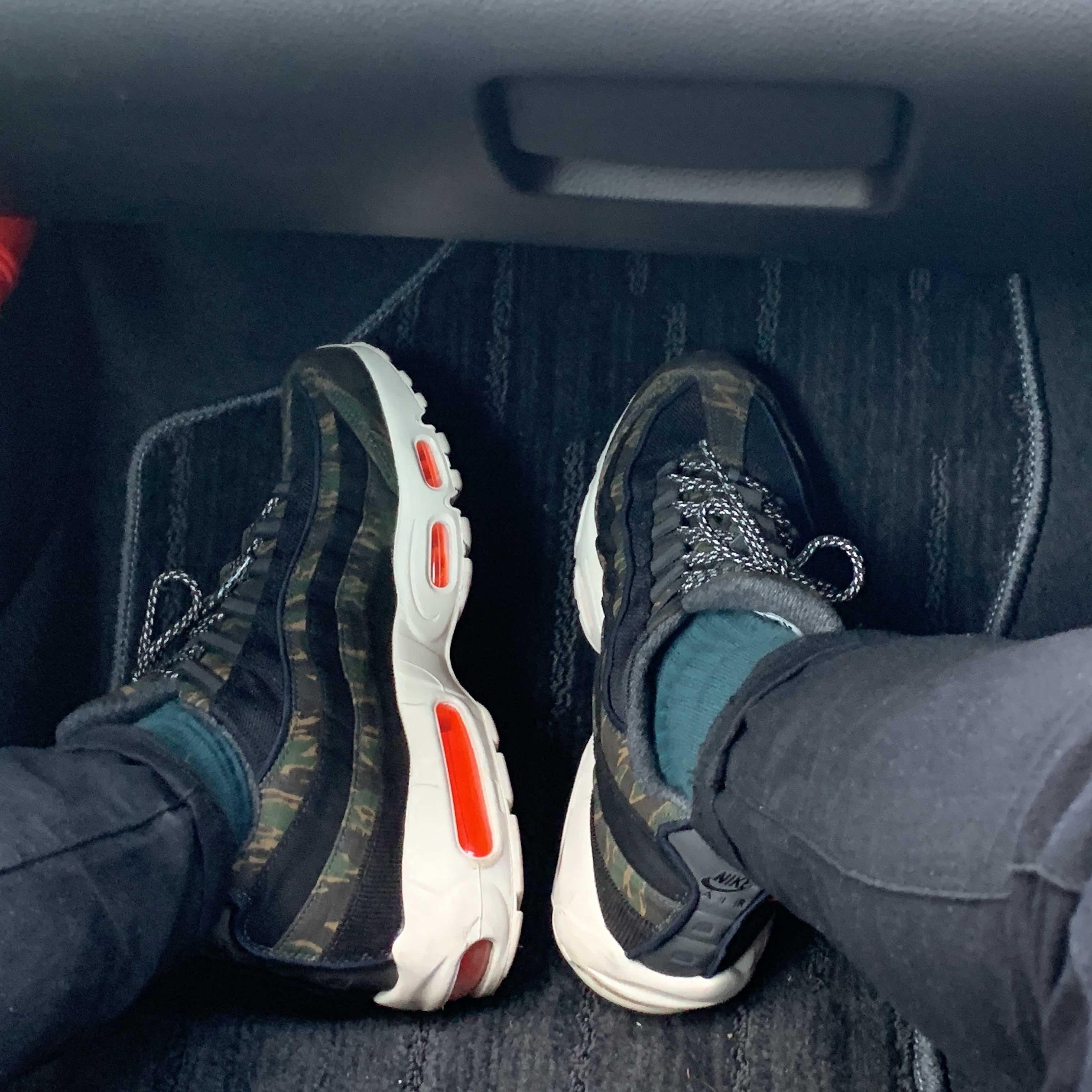 車で移動中に撮りました。 カモ柄とちょっと見えるオレンジの組み合わせがお気に入り
