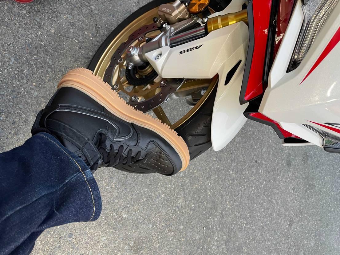 ここで買ってバイク用に下ろしました✌️ 紐を緩めにしてバンドで締めたら脱ぎやす