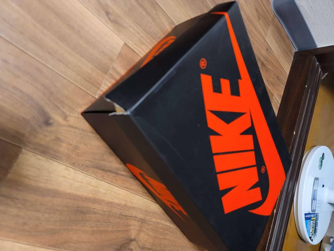 Hi sneakerdunk The box is broken I'm ver