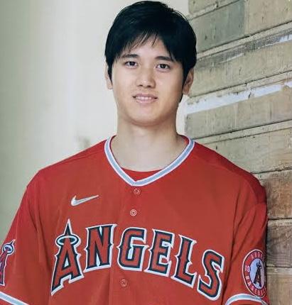 今MLBの話題の中心、大谷翔平選手 ユニフォームの右胸のマークのメーカーと契約