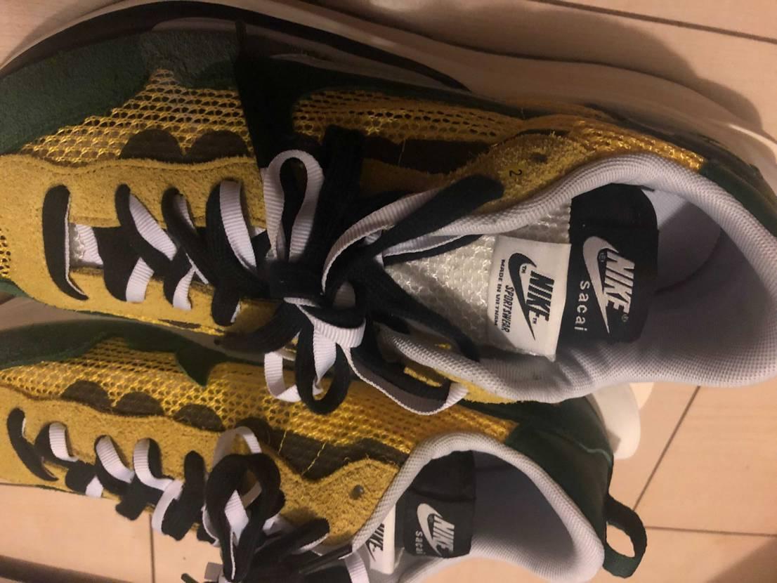 先日スニダンで購入したのですが右足の1番上の靴紐穴付近に『2』のシールが貼ってあ