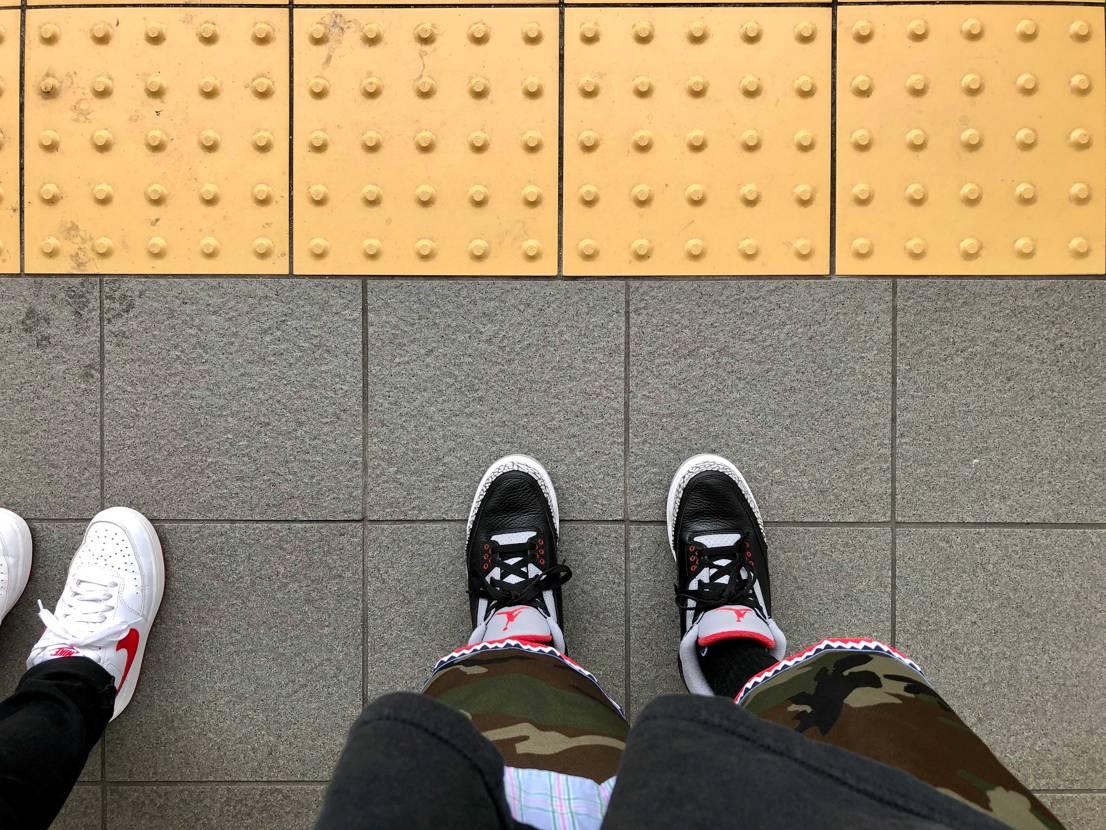 4連休2日目。最近はAJ3履くことが多いです。 写真は黄色い線の内側で待機中の