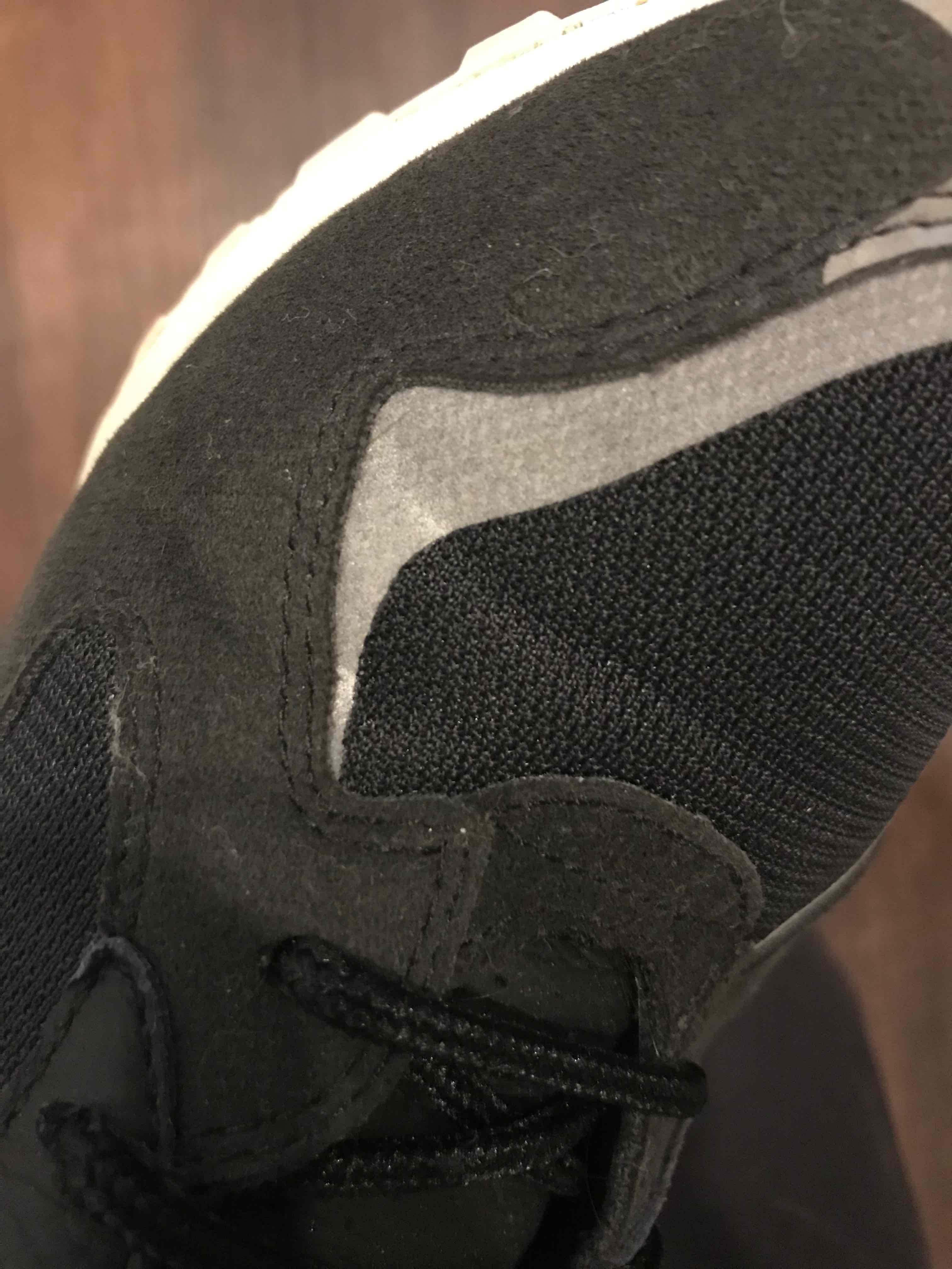 履きジワから、反射素材が白くなってる!  そんなもんなんですかねー???