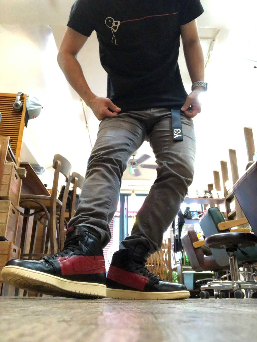 靴とTシャツの色味を合わせるのがマイブーム  オープン前のお店でふざけてみま