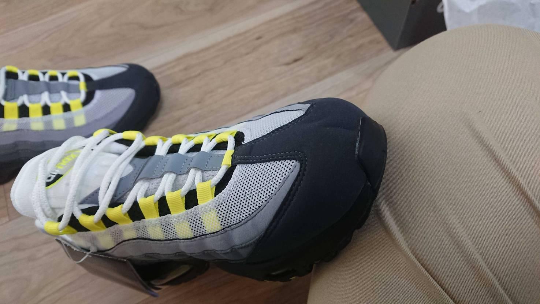 本日到着したのですが、靴の先がケツアゴの様に割れてるのですが、こんなことは普通で