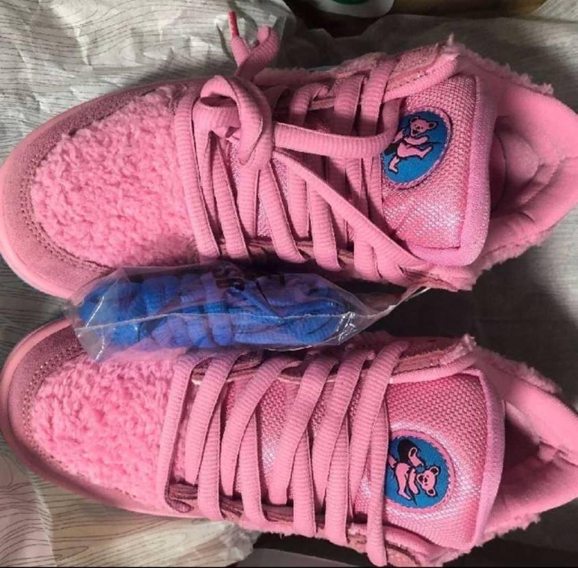 グレイトフルデッドとNIKEのコラボのスニーカーでピンク色をフリマのサイトで見か