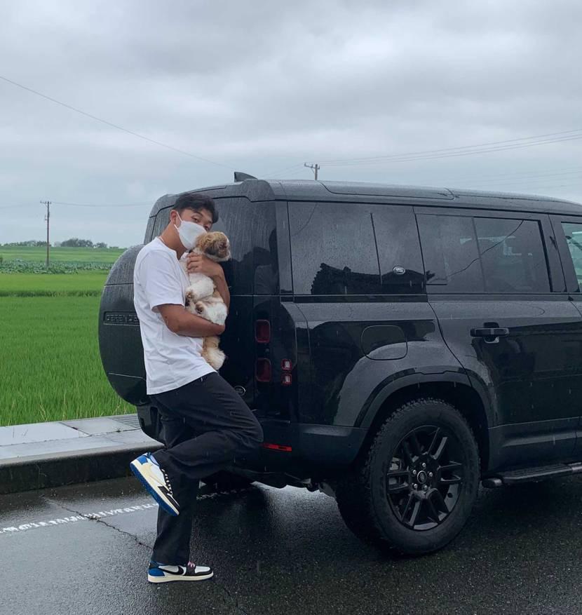 大好きなスニーカー履いて大好きな愛犬と大好きな車でドライブ✋