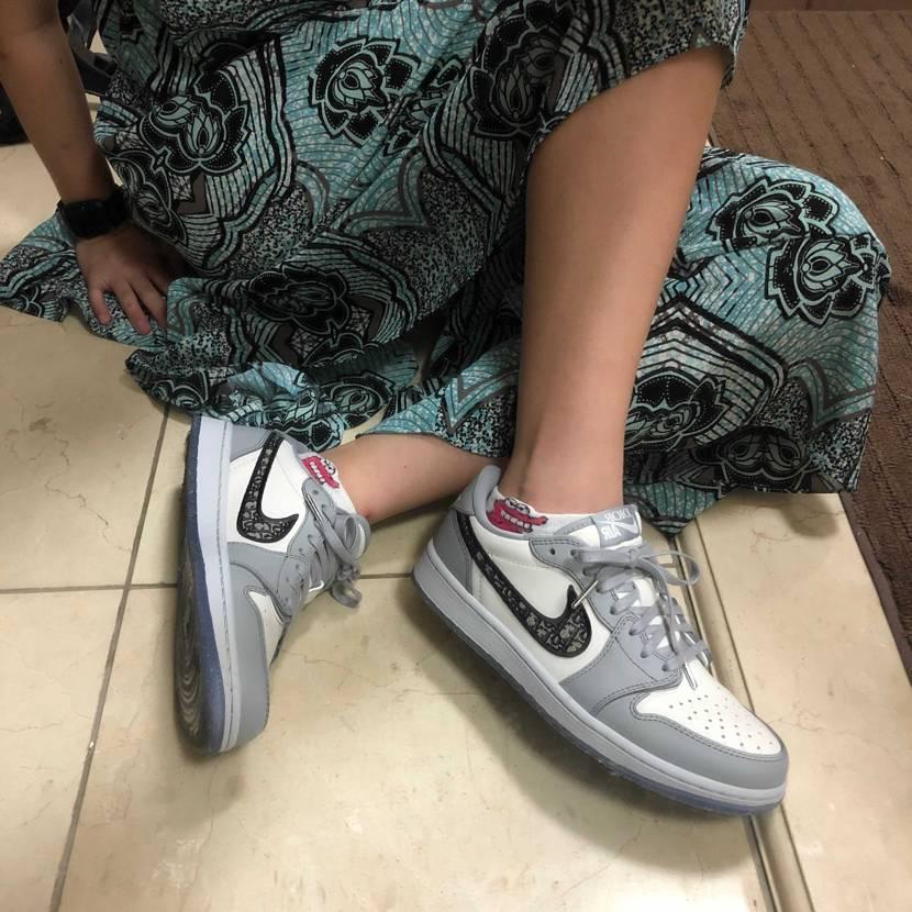朝起きたら履きたくなったのでair  diorで出社しました🤣 100円の靴下