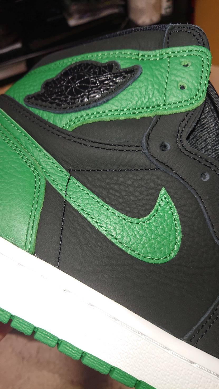 アッパーの黒革が艶消しのマットな革でパイングリーンの部分も抑えめの艶、ウイング部