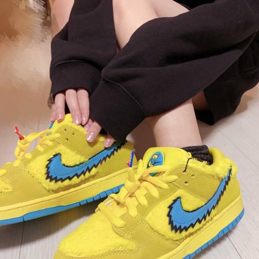 履いてみたくて貸してもらった👟 マイサイズじゃなさすぎデカすぎる黄色クマさん🧸