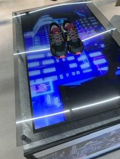 今日Atmosで購入して歩いてみたら、履き心地良き!格好いいし綺麗だ!購入して良